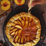Пирог вместе с персиками